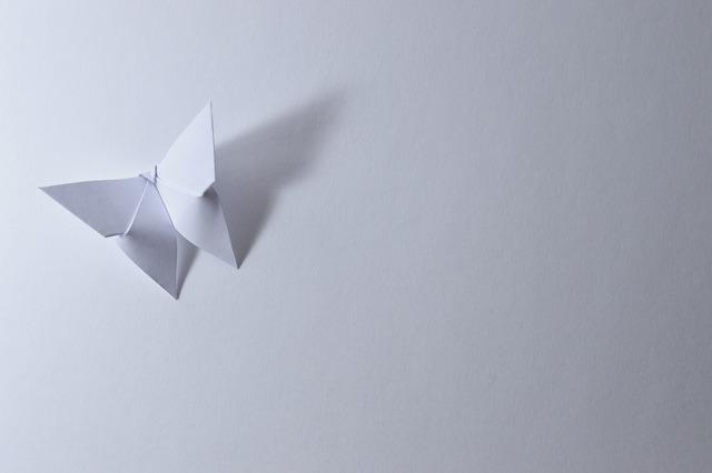 折り紙で作られた白色の蝶