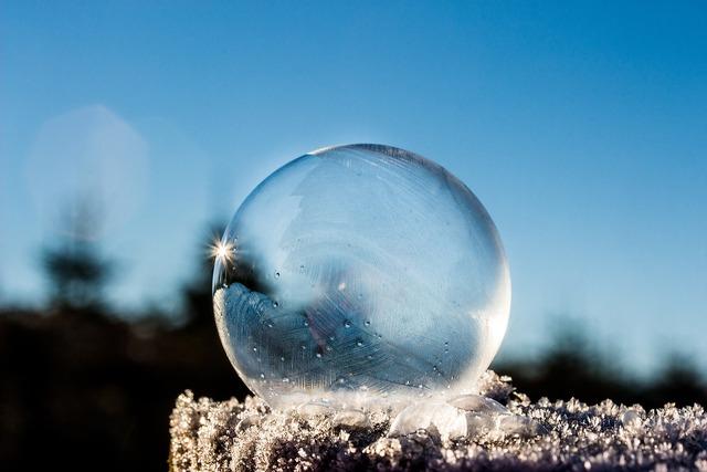 太陽が反射する氷の球体