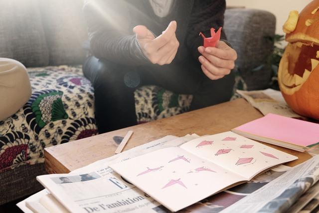 折り紙の本を見ながら作ってる人