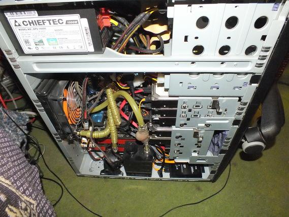 ケース内部の機器