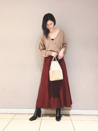 サテンスカートを履いた女性