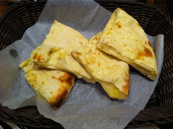 熱々のチーズナン