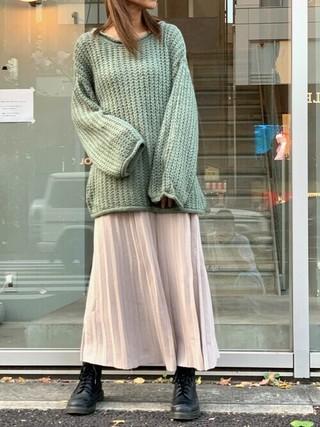 シアーニットを着た女性