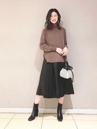 レザースカートを履いた女性