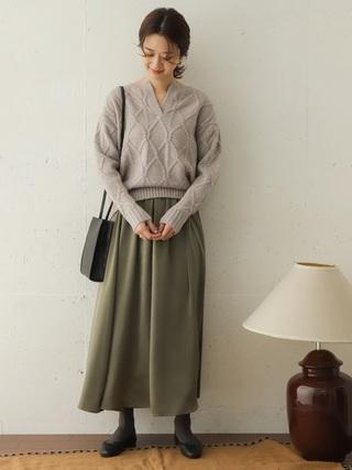 グレーのニットを着た女性
