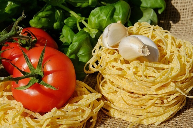 乾燥パスタとトマトとにんにく