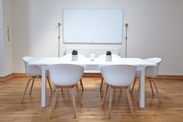 ホワイトボードとテーブル