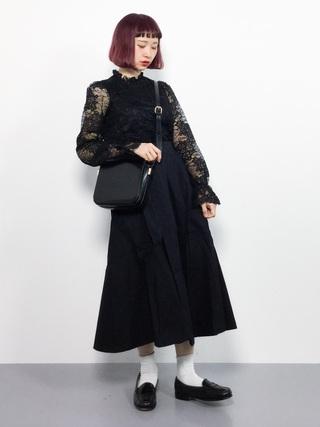 黒ロングスカートを履いた女性