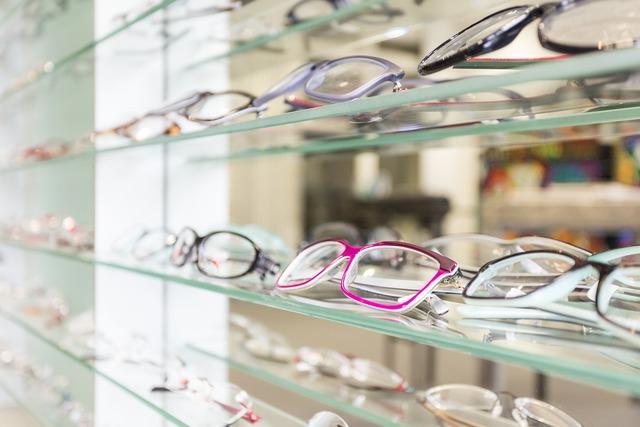 沢山のメガネが置かれている棚