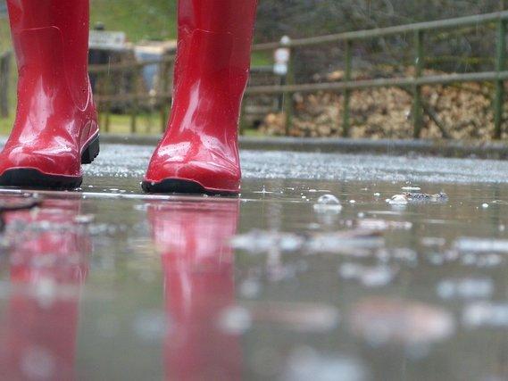 赤い長靴と雨