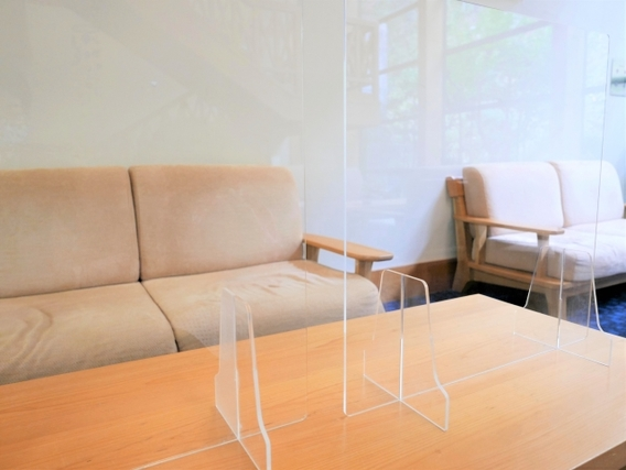 テーブルの上に立てられたアクリル板
