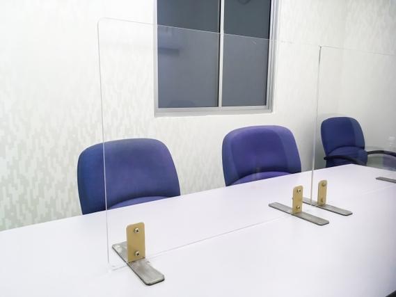 テーブルの真ん中に置かれた大きなアクリル板