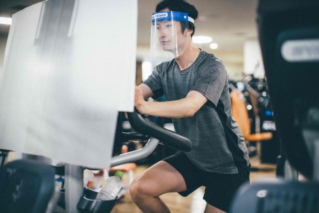 フェイスシールドを付けて運動する男性