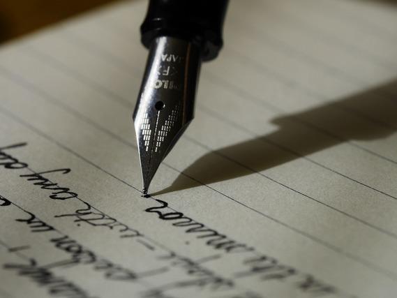 ペンで手紙を書く