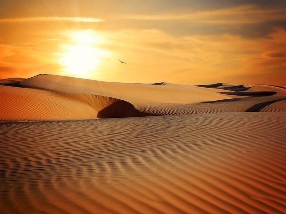 夕焼けと砂漠