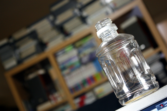 キャップの空いたペットボトル