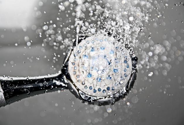 シャワーノズルから出る水しぶき