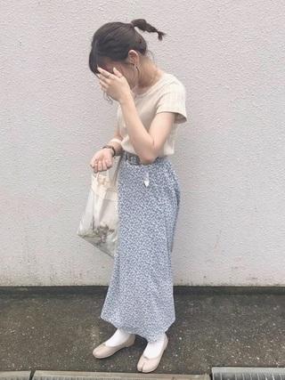 柄スカートとTシャツ