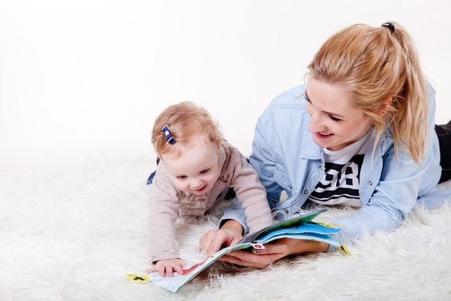 本を読む母親