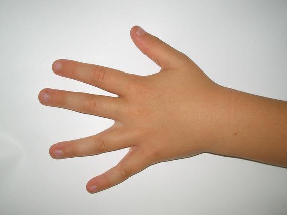 手 ほくろ 占い 手にあるほくろ占いの意味と運勢16選!右手と左手の違いは?