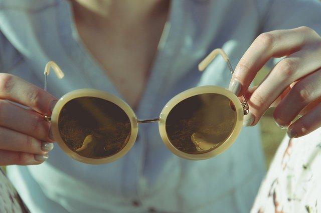 コンビサングラスを持つ人