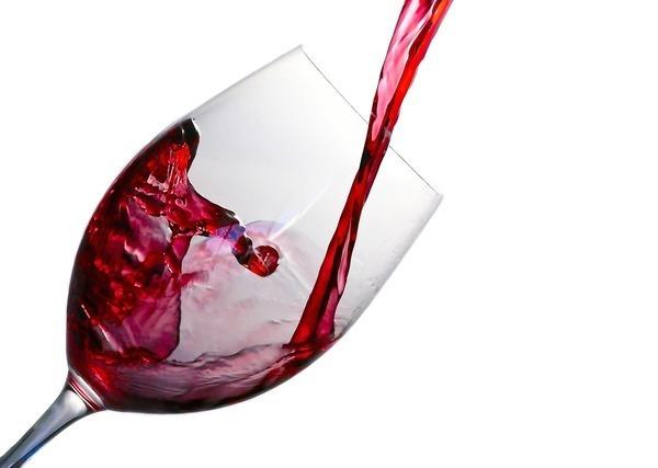 グラスに注ぐワイン