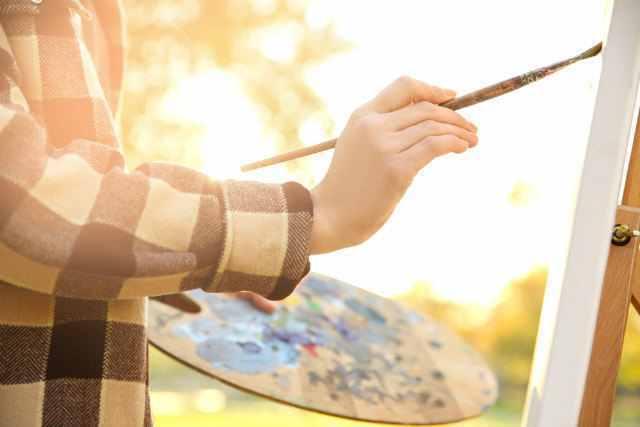 キャンバスに向かって絵を描く人