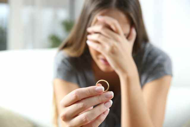 指輪を持つ女性