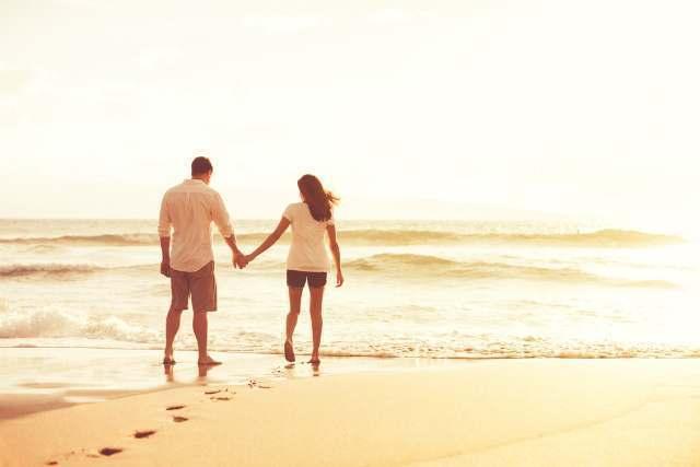 浜辺を歩く男女