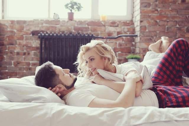 ベッドに横たわるカップル