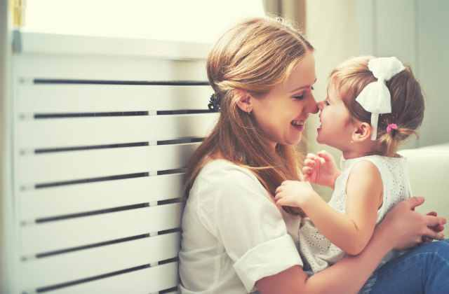 小さな女の子とママ
