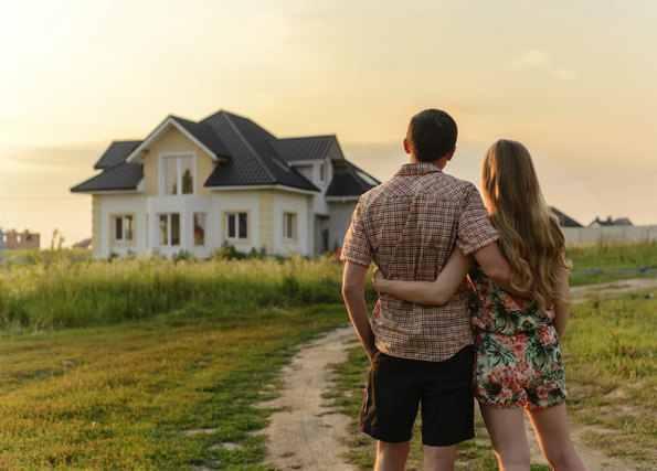 家を眺める男女