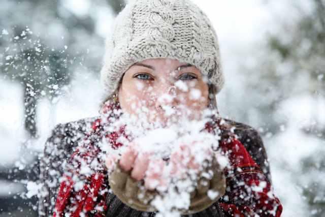 雪で遊ぶ女性