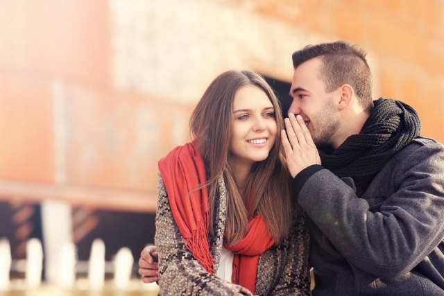 女性の耳に手を近づける男性