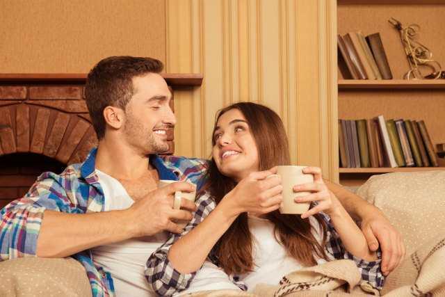 ソファーで男性にもたれかかっている女性