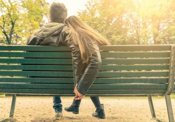 公園のベンチに座る男女