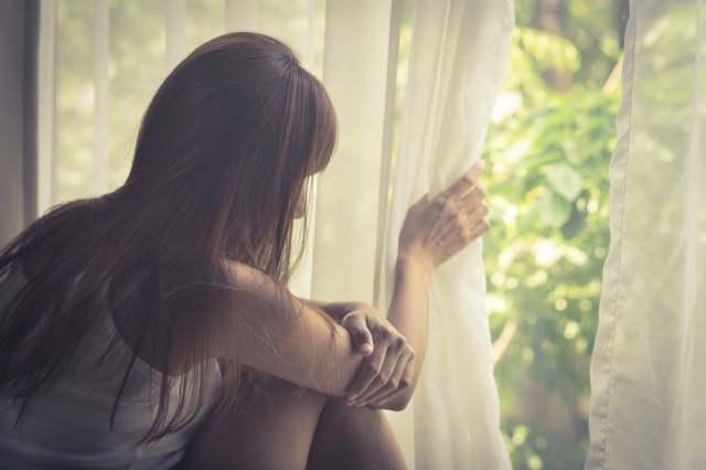 窓の外を見る女性