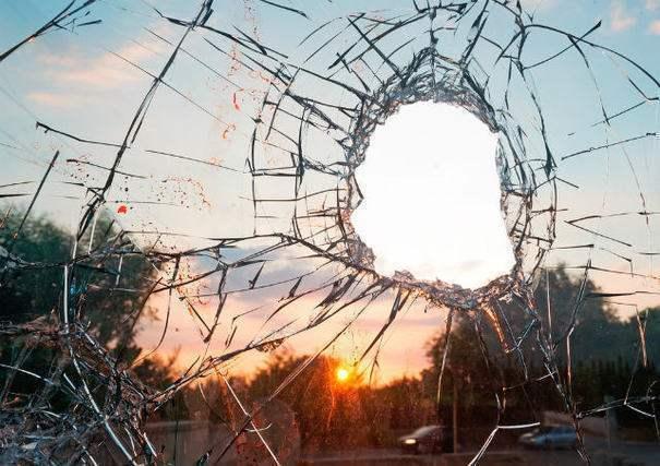 窓が壊れる