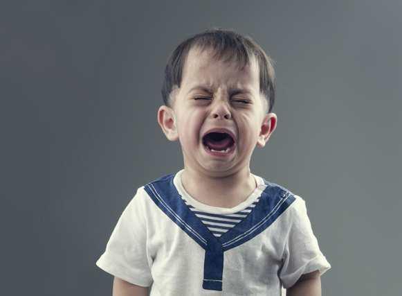 いじめられて泣く子供