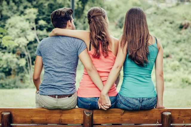 女2人と男1襟