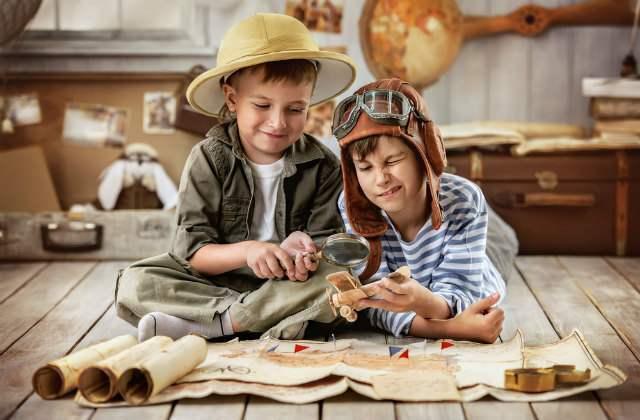 宝の地図を見る少年