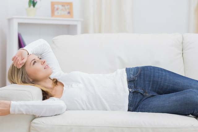 ソファに寝る女性