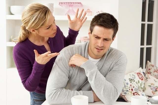 口喧嘩する夫婦