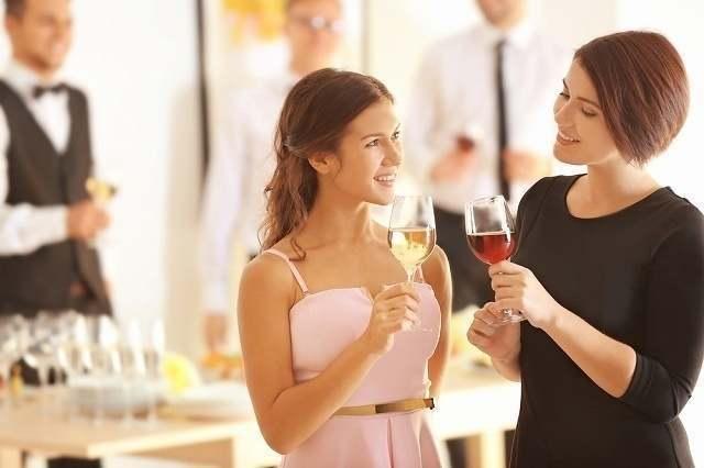 パーティーに参加する女性