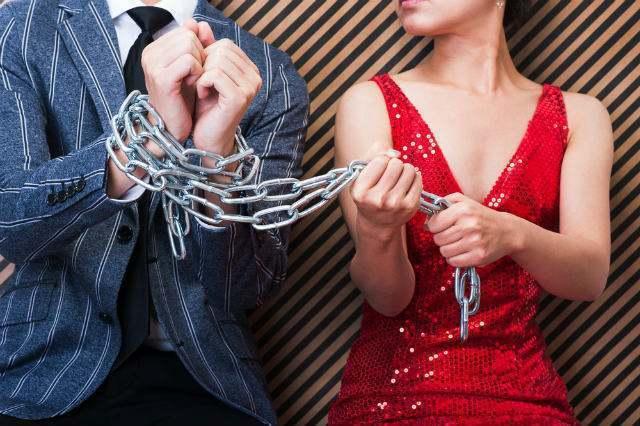 鎖で男性を繋ぐ女性