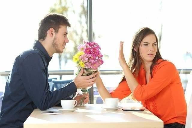 花束を拒否する女性
