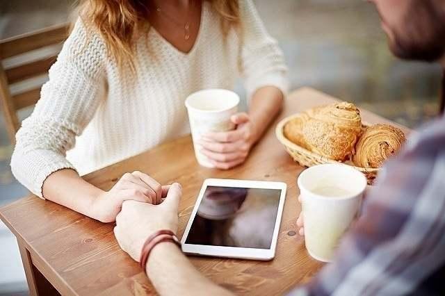 カフェでお茶をする男女