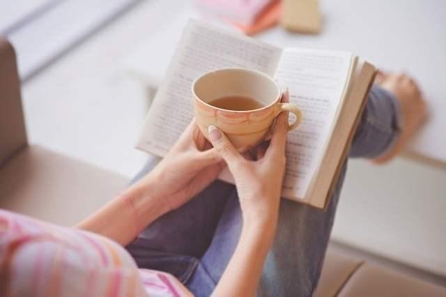 読書しながらお茶を飲む女性