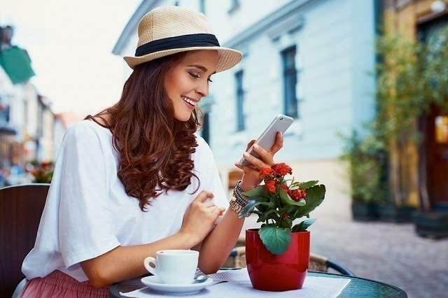 テラスでお茶する女性