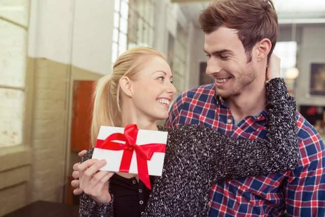 プレゼントとカップル